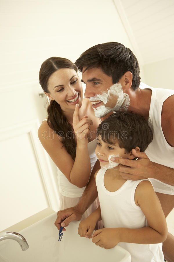 Moeder en Zoons het Letten op het Scheermes van Vaderwet shaving with stock foto