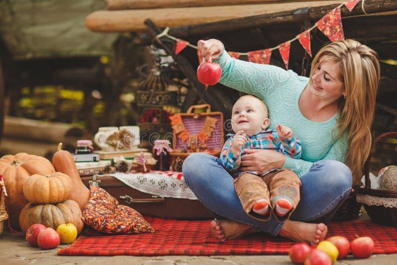 Moeder en zoons het spelen in de werf in het dorp stock foto