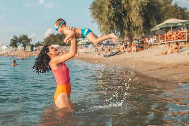 Moeder en zoons het spelen in het water royalty-vrije stock fotografie