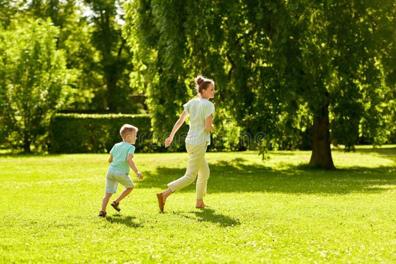 Moeder en zoons speelvangstspel bij de zomerpark royalty-vrije stock afbeeldingen