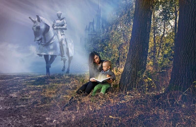 Moeder en zoonslezing fairytales stock afbeelding