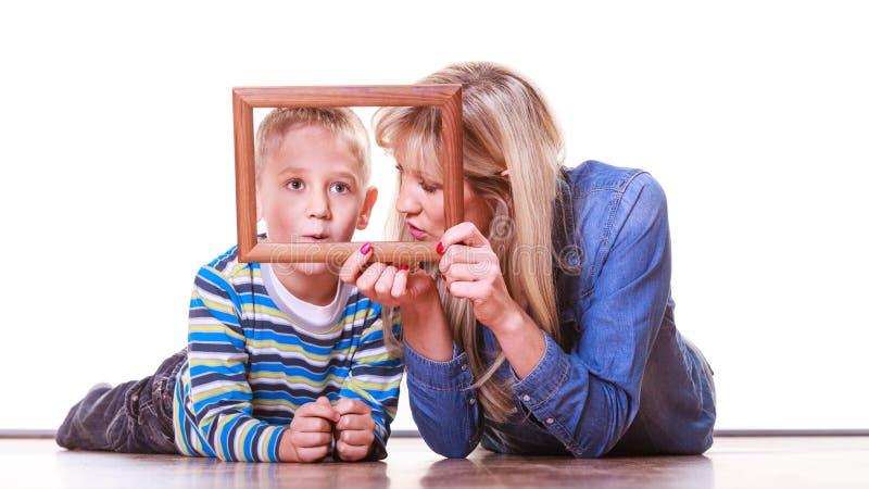 Moeder en zoonsspel met leeg kader stock foto's