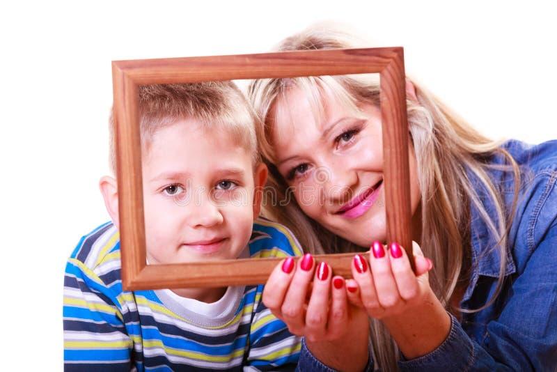 Moeder en zoonsspel met leeg kader royalty-vrije stock afbeeldingen