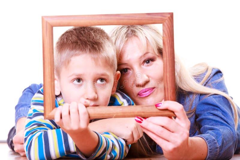 Moeder en zoonsspel met leeg kader stock foto