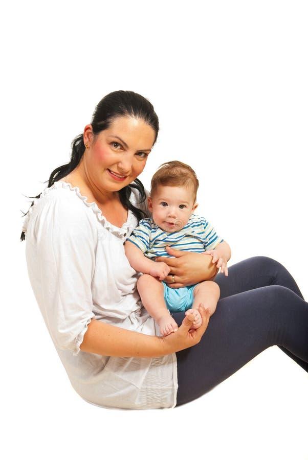 Moeder en zoonszitting op vloer stock foto's