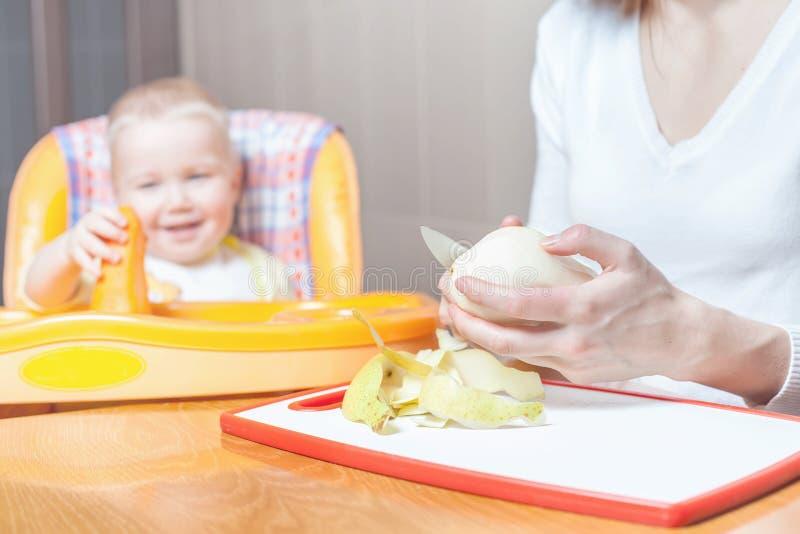 Moeder het koken, voorbereiding van babyvoedsel royalty-vrije stock foto