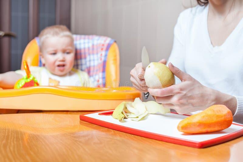 Moeder het koken, voorbereiding van babyvoedsel royalty-vrije stock afbeeldingen