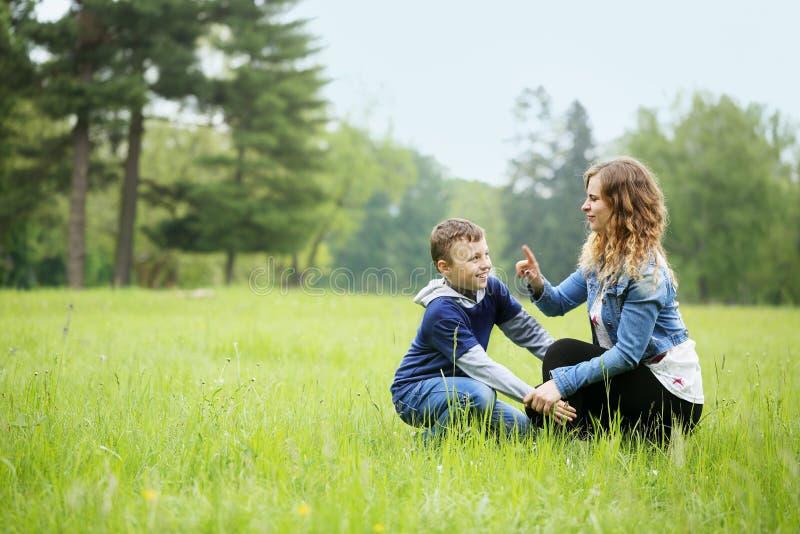 Moeder het spelen met zijn zoon royalty-vrije stock fotografie