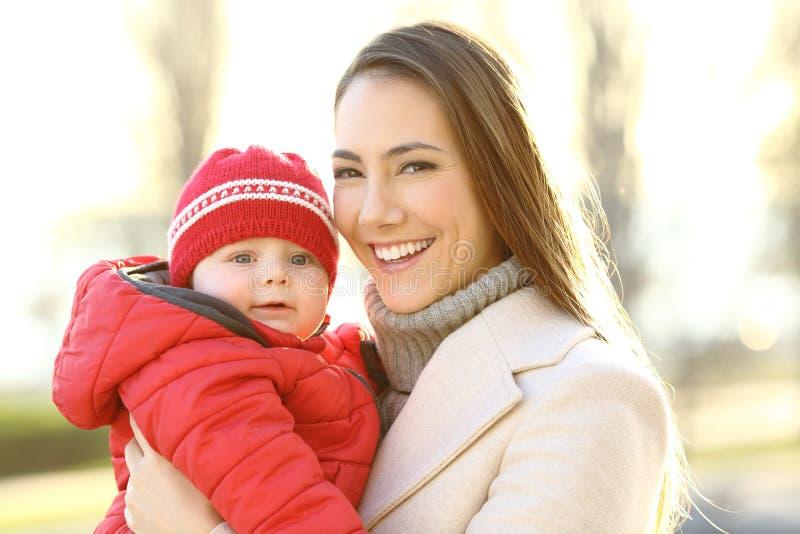 Moeder het stellen met haar babyzoon in de winter royalty-vrije stock fotografie