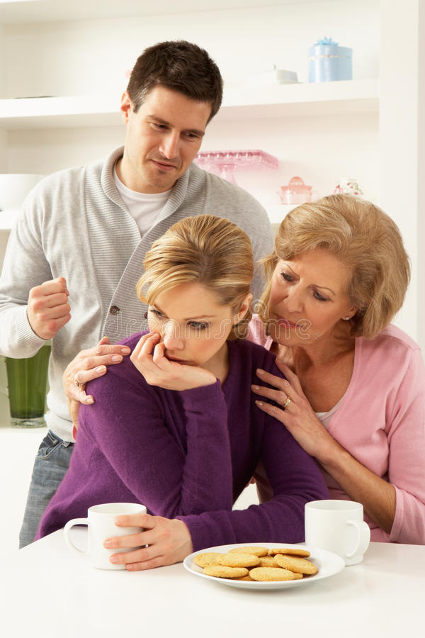 Moeder Interferring met Paar dat Argument heeft royalty-vrije stock afbeeldingen