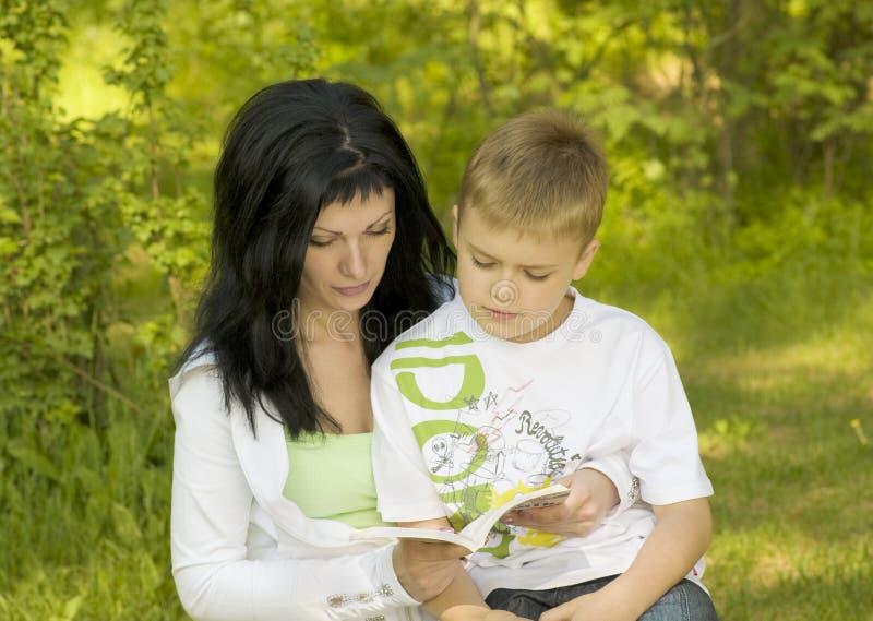Moeder-kind dat een boek leest royalty-vrije stock afbeelding