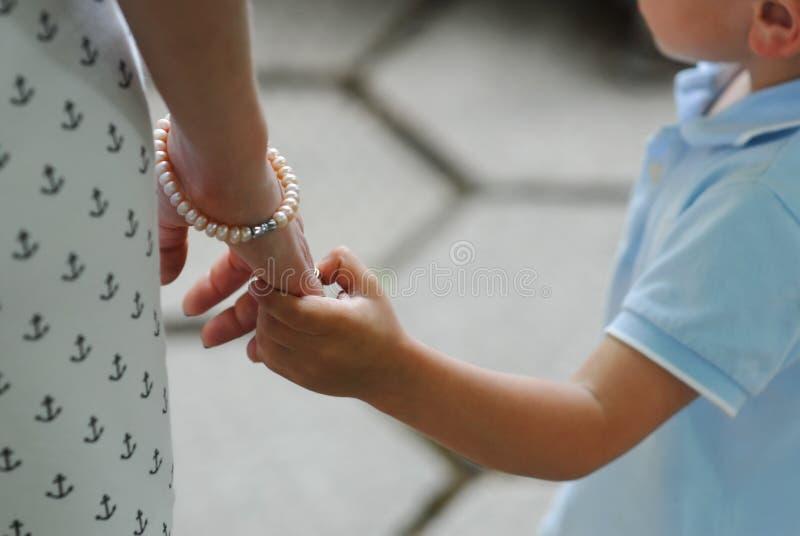 Moeder, kind, jongen, vrouw, handen, aanraking, liefde, zorg, jong geitje royalty-vrije stock foto