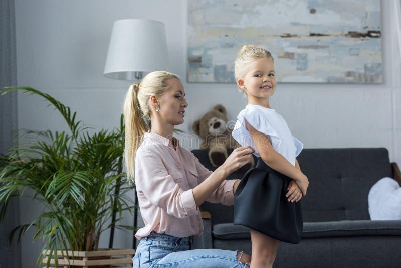 Moeder kledende dochter aan school royalty-vrije stock foto