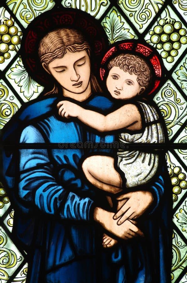 Moeder Mary met Jesus in haar wapens stock foto's
