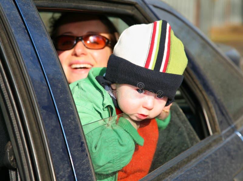 Moeder met baby in auto royalty-vrije stock afbeeldingen
