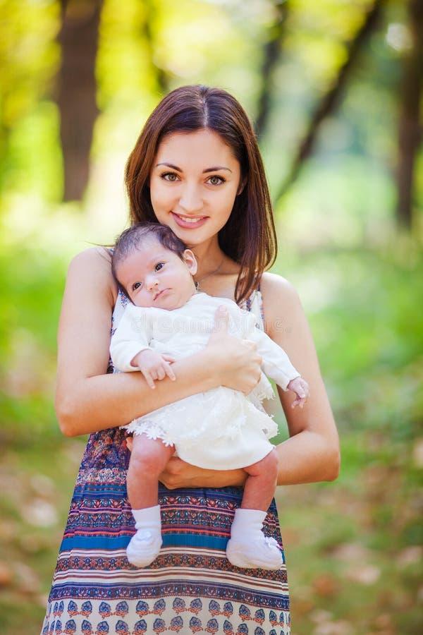 Moeder met baby bij in openlucht royalty-vrije stock afbeeldingen