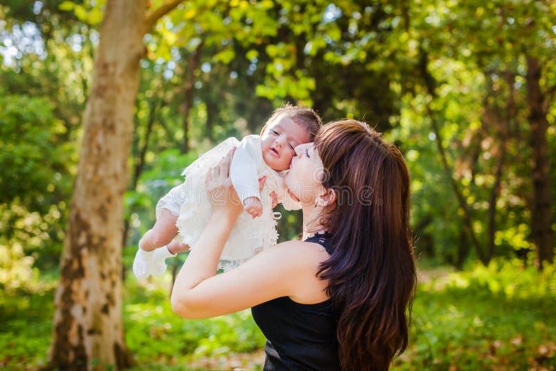 Moeder met baby bij in openlucht stock afbeeldingen