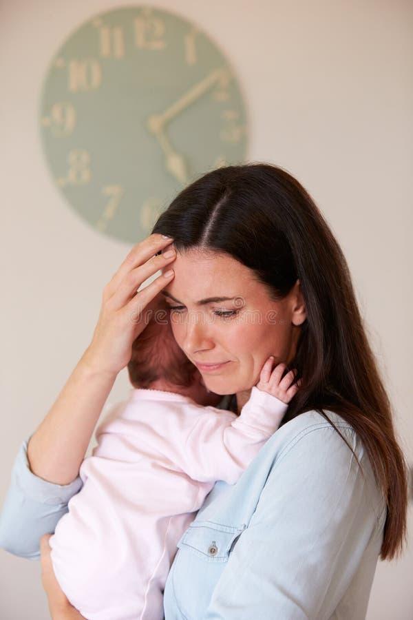 Moeder met Baby die aan Postnatal depression lijden stock foto