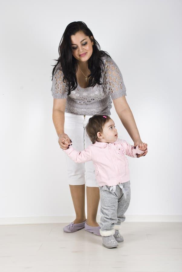 Moeder met baby eerst stappen royalty-vrije stock foto's