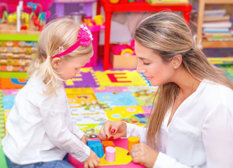 Moeder met baby het spelen royalty-vrije stock afbeeldingen