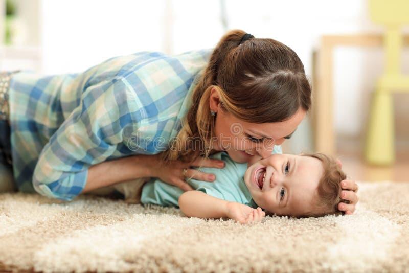 Moeder met baby het spelen samen thuis royalty-vrije stock foto's
