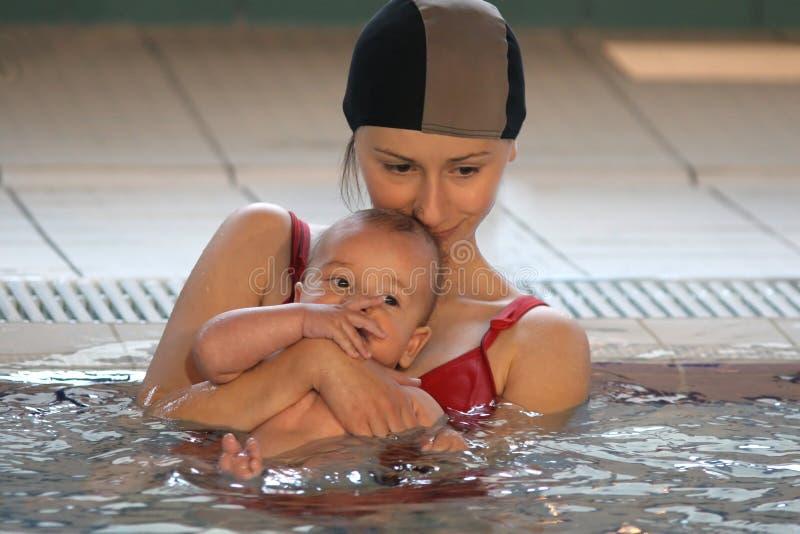 Moeder met baby in het water royalty-vrije stock afbeelding