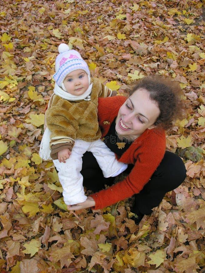 Download Moeder Met Baby Op De Herfstgebied Stock Afbeelding - Afbeelding bestaande uit menselijk, seizoen: 295639