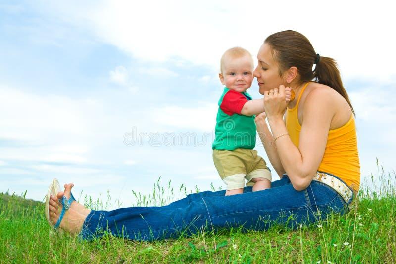 Moeder met baby op de weide royalty-vrije stock fotografie