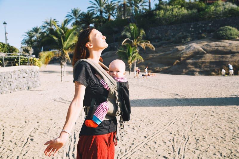 Moeder met baby op kustlijnoceaan op Tenerife, Spanje royalty-vrije stock foto's