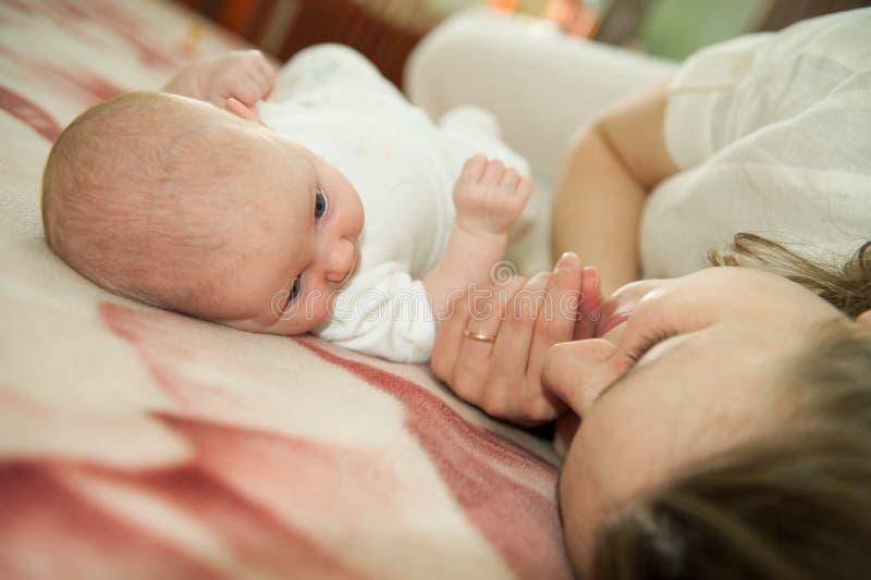 Moeder met babydochter stock afbeelding