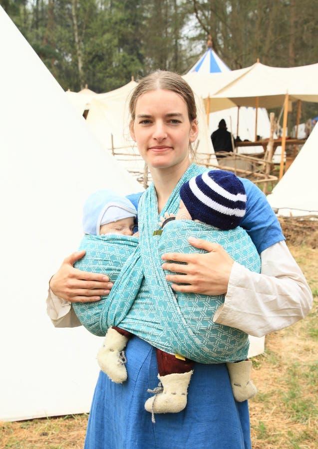 Download Moeder met babys redactionele fotografie. Afbeelding bestaande uit vrouw - 54081062