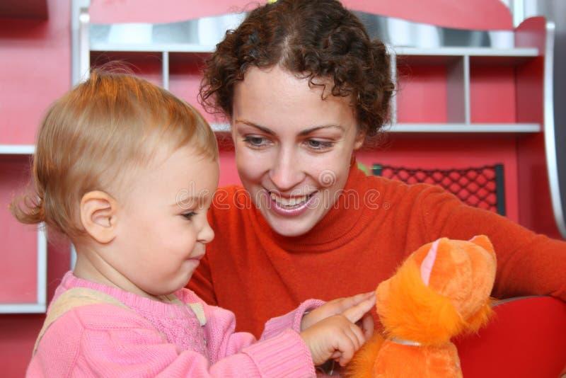 Moeder met babyspel 2 stock foto's