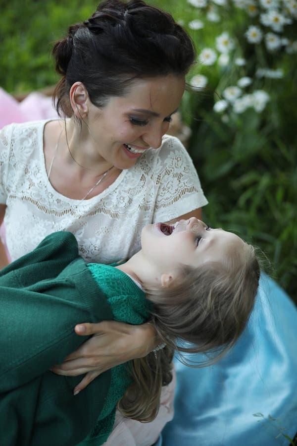 Moeder met dochter bij een picknick royalty-vrije stock foto