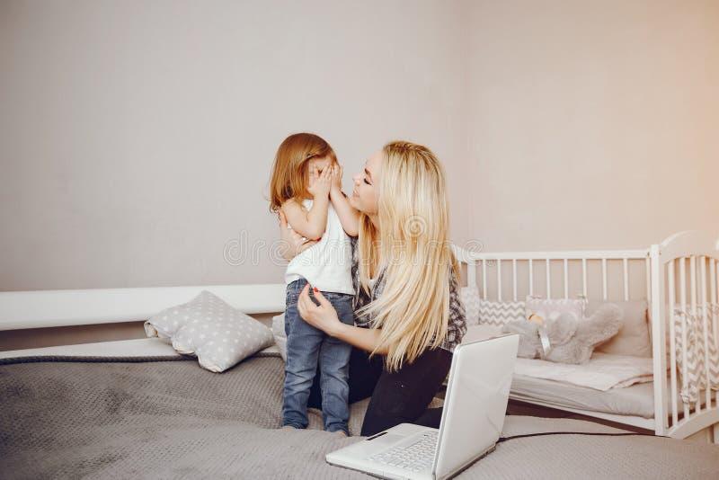 Moeder met dochter stock afbeelding