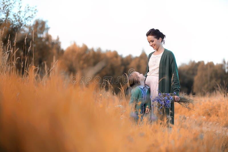 Moeder met dochter het lopen op een weg stock foto