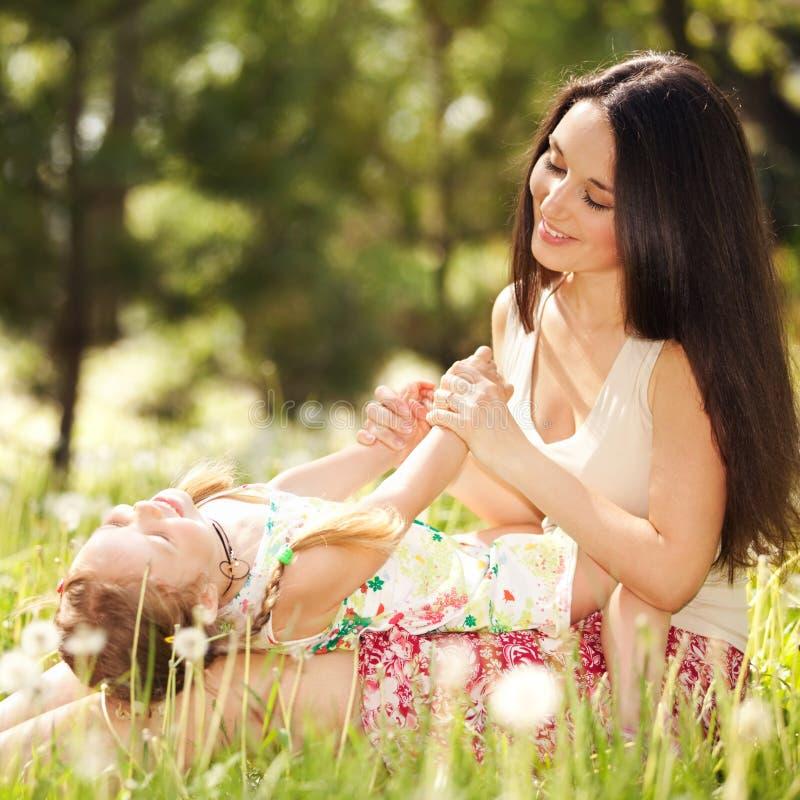 Moeder met dochter in het park royalty-vrije stock foto