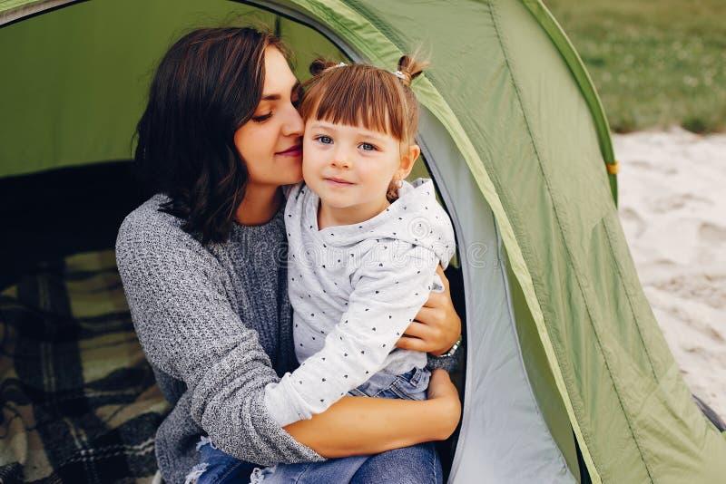 Moeder met dochter het spelen in een de zomerpark royalty-vrije stock afbeelding