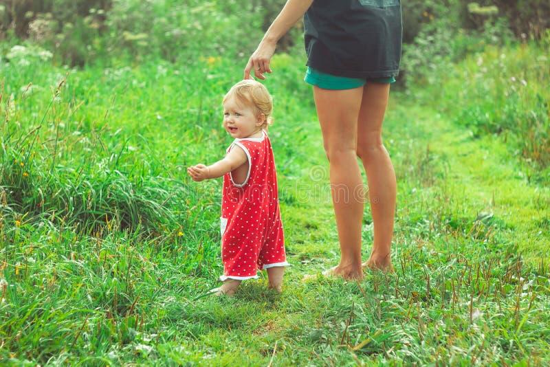 Moeder met dochter op het gras stock foto's