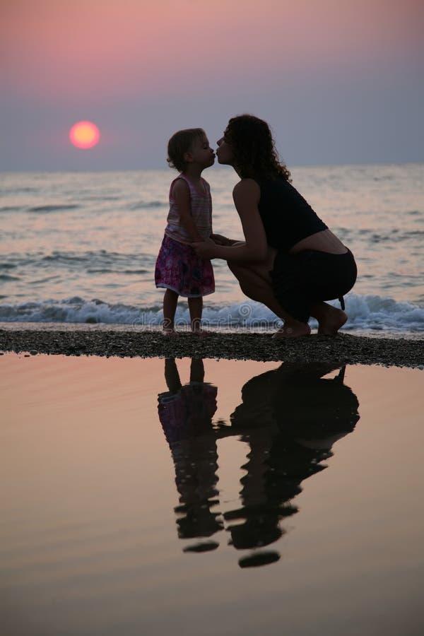 Moeder met dochterkussen stock afbeeldingen