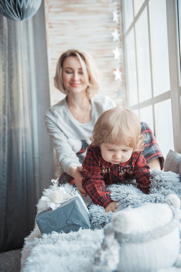 Moeder met een kleine dochter Familie in huiskleren stock foto's