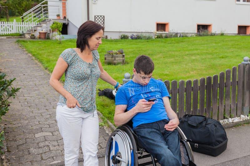 Moeder met gehandicapte zoon stock afbeelding