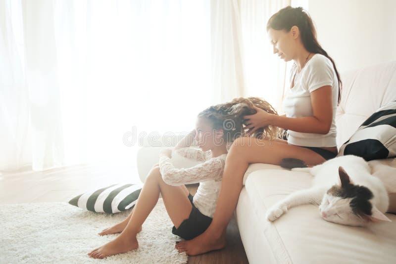 Moeder met haar dochter stock afbeelding