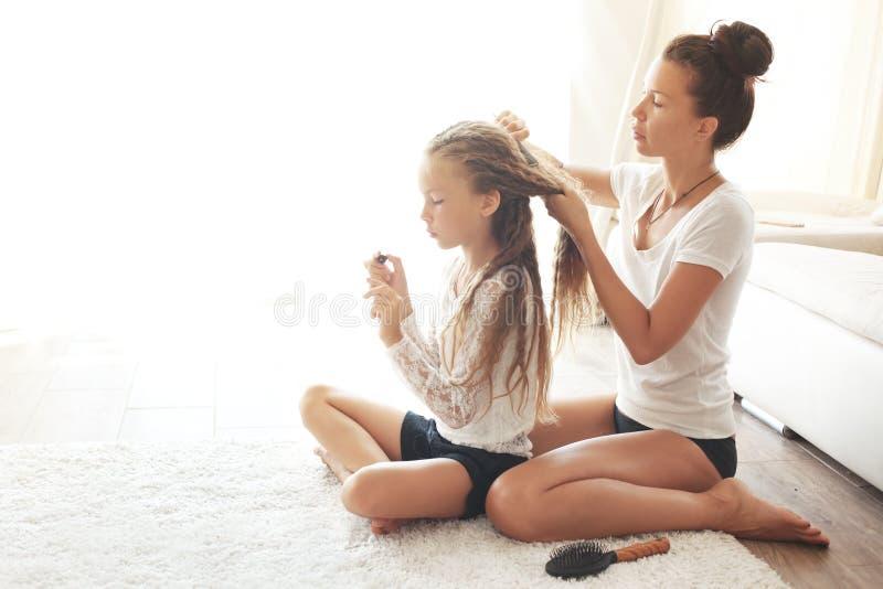 Moeder met haar dochter stock foto