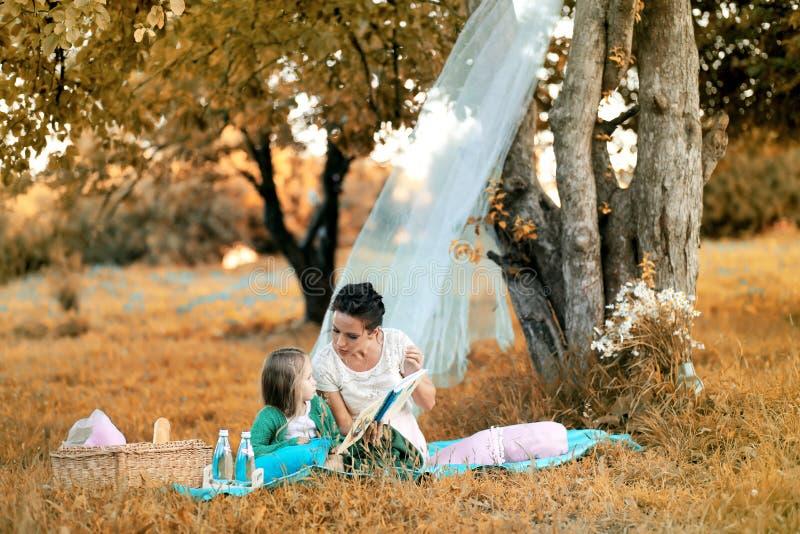 Moeder met haar dochter bij een picknick royalty-vrije stock foto's