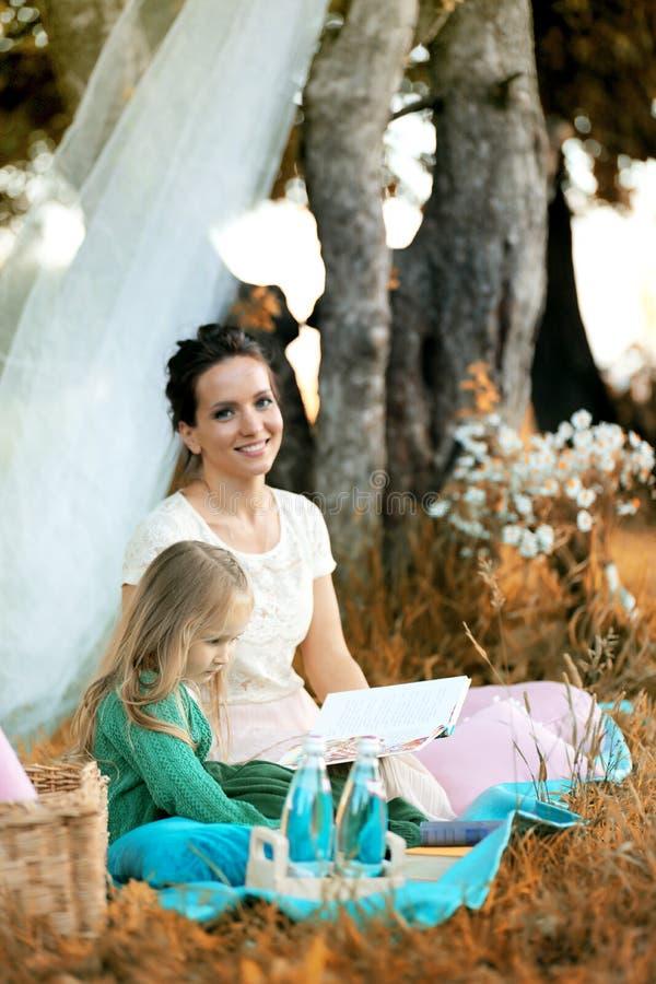 Moeder met haar dochter bij een picknick stock afbeelding