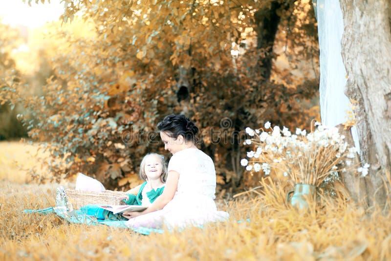 Moeder met haar dochter bij een picknick royalty-vrije stock afbeeldingen