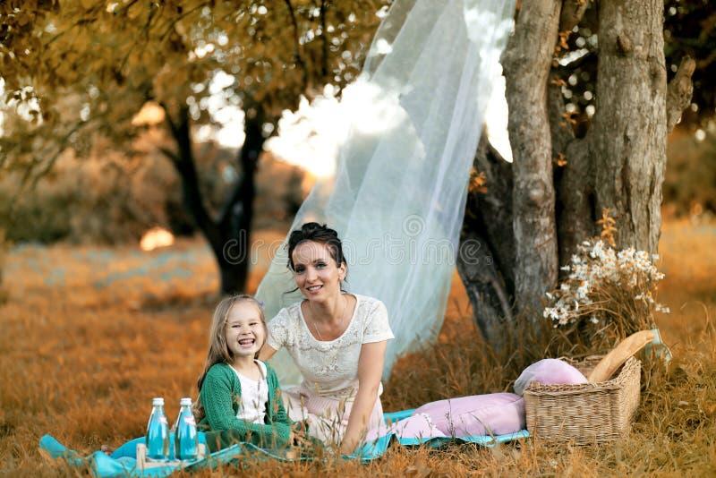 Moeder met haar dochter bij een picknick royalty-vrije stock foto