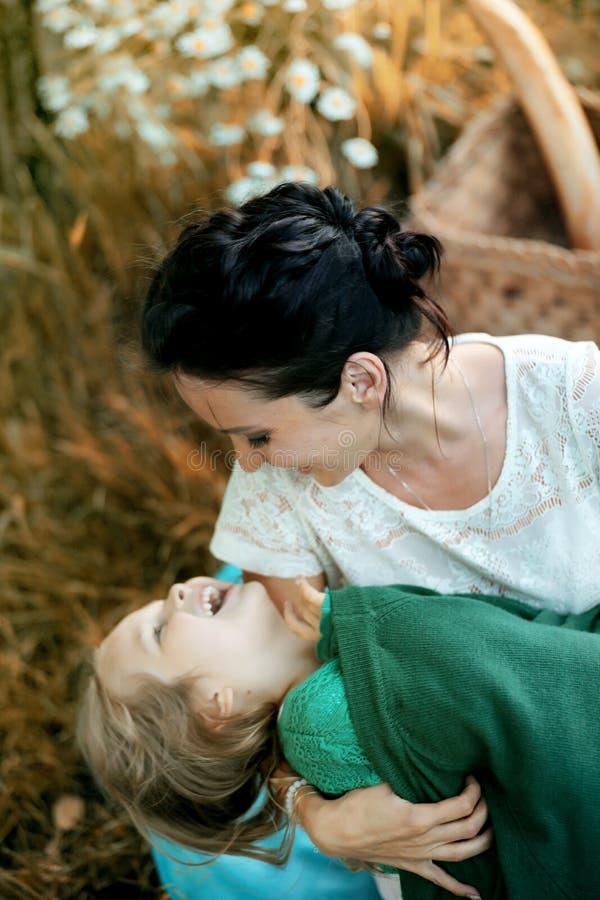 Moeder met haar dochter bij een picknick stock fotografie
