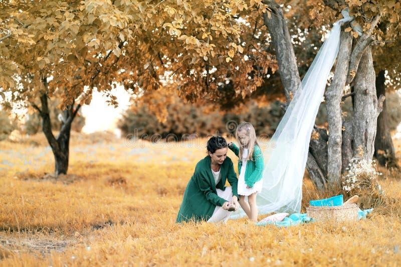 Moeder met haar dochter bij een picknick royalty-vrije stock fotografie