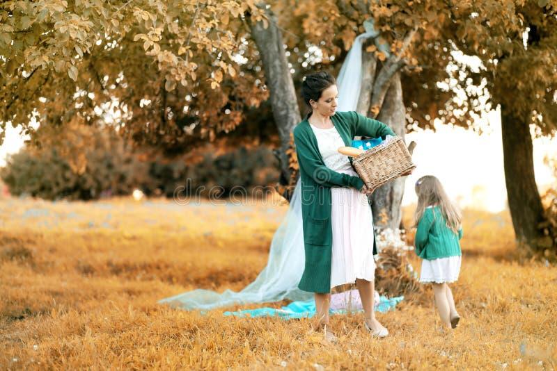 Moeder met haar dochter bij een picknick royalty-vrije stock afbeelding